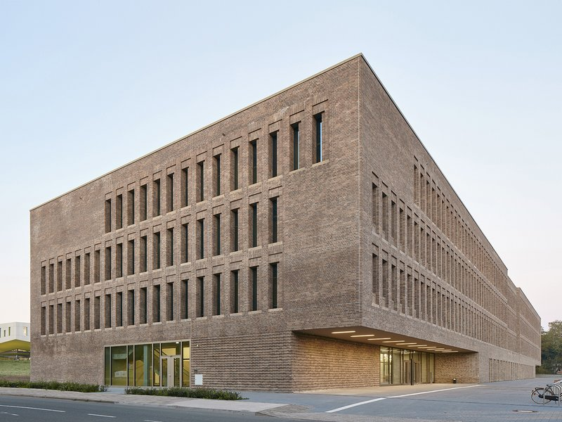 Reimar Herbst / Angelika Kunkler: University and University of Applied Sciences Library - best architects 17