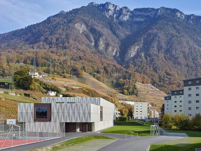 bunq architectes: Erweiterbare Sporthalle in Villeneuve - best architects 21